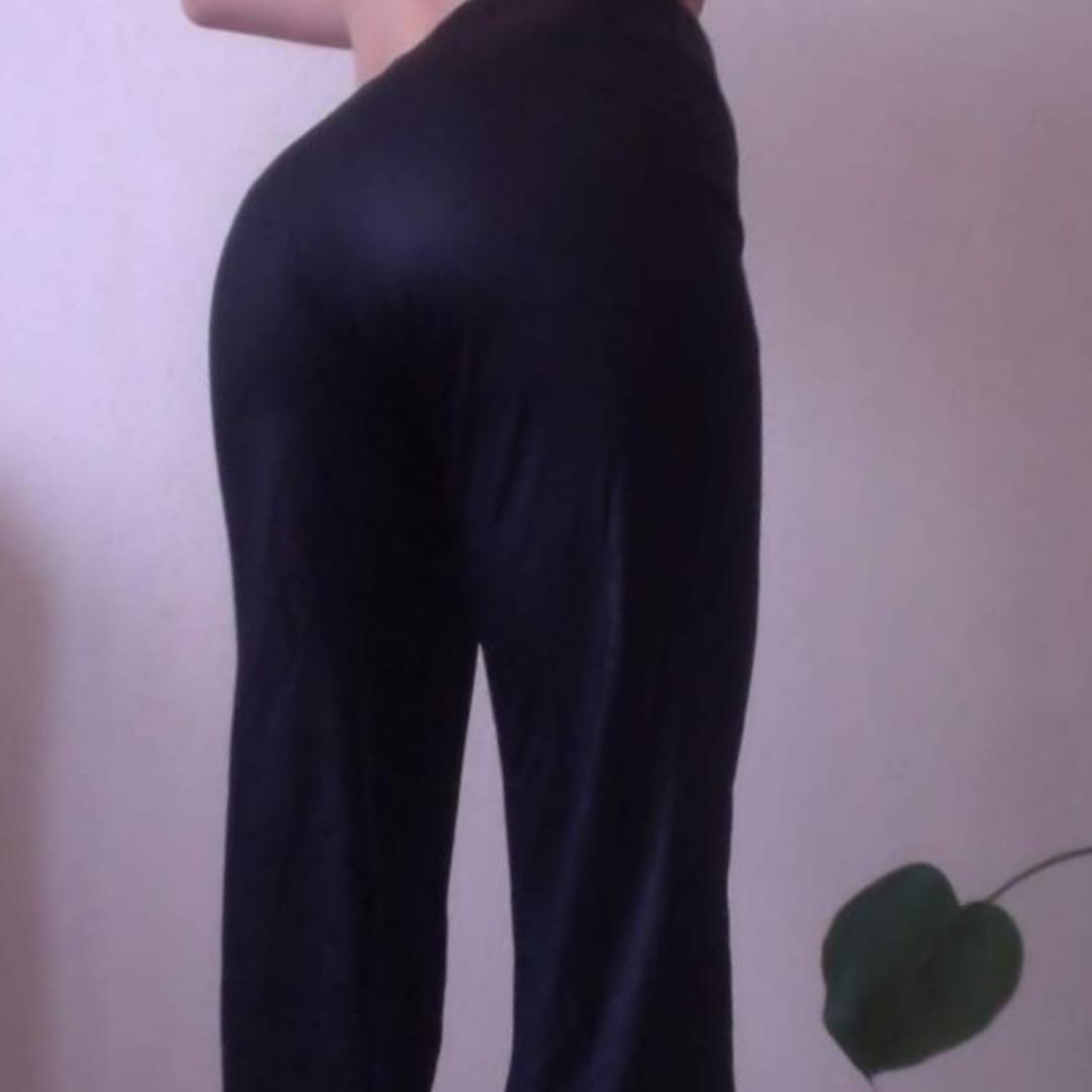 70taliga byxor i glansigt material som sitter som gjutet, kick-flaremodell. Jeans & Byxor.