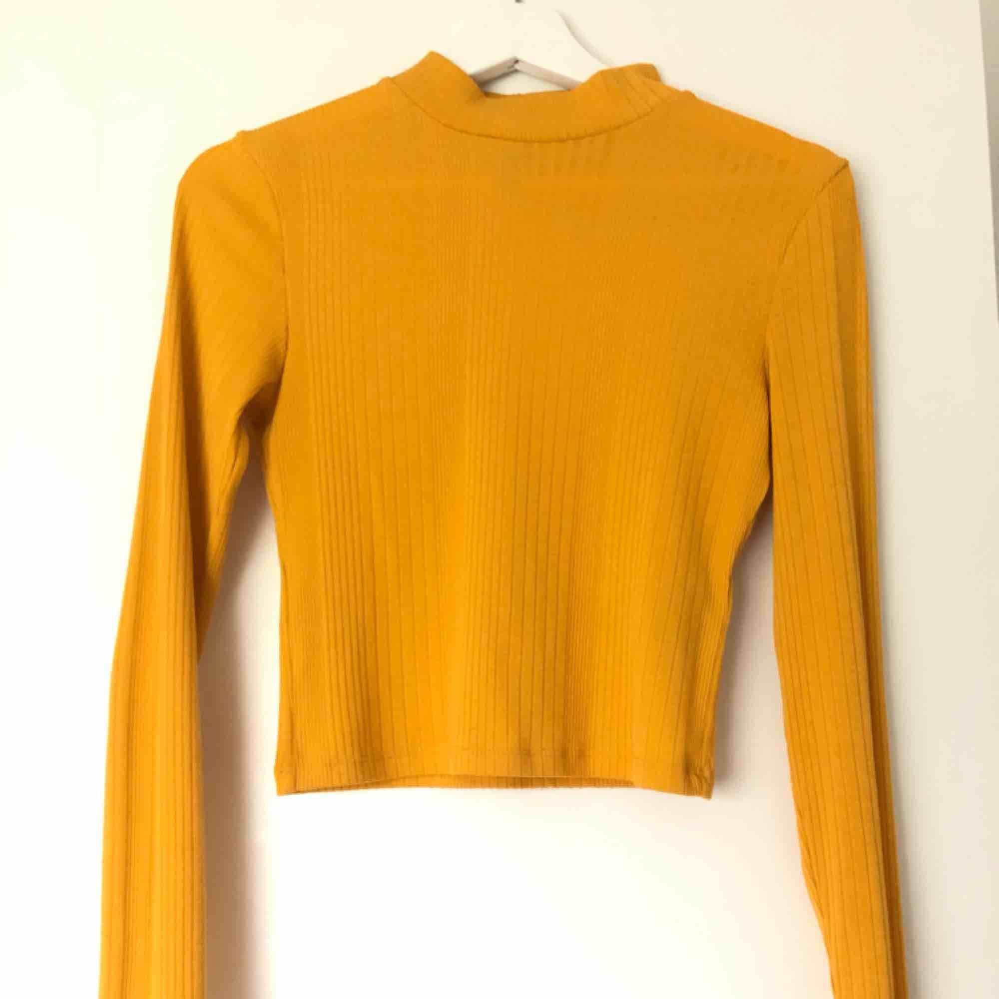 en ribbad polo tröja, olika ribb mönster som du ser! Bra skick! . Tröjor & Koftor.