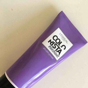 L'Oréal Colorista Washout Purple en hårfärg som tvättas ur inom 5-10 tvättar. Förpackningen är använd till hälften, så den är alltså inte helt oanvänd. 😊 Säljer pga fel hårfärg för produkten. Kostar normalt sett runt 70-100 kr.   Jag tar swish.
