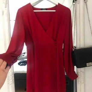 Oanvänd superfin omlotten klänning i storlek S