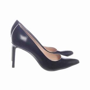 Super eleganta pumps skor från Zara. Använda 1 gång, som ny! Klack: 9-10 cm. Bekväma att gå i.  Storlek 38 passar en 37 med, upplevde de små i storlek .     🌸Fri frakt 🌸