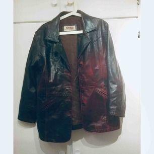Retro jacka från jofama - brun med oxblodsfärgade detaljer.  Passar M på herr och L på dam  105kr på frakt!