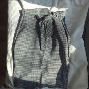 Väldigt fin kjol från H&M som används fåtal gånger, dock har den spruckit cirka 7 cm i bak som sytts ihop lätt. (Därav de billiga priset) 💓💓