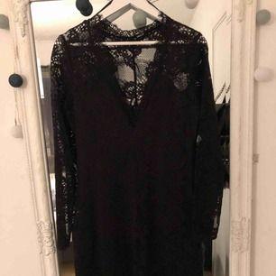 Super fin spetsklänning som endast är använd vid ett tillfälle!! Nypris var 399kr jag säljer för 150kr