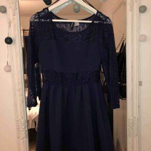 Mörkblå klänning med trekvartsärmar