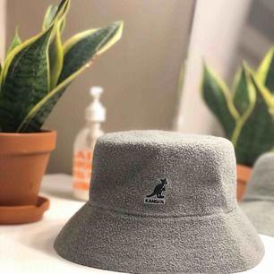 Kangol buckethat, använd ganska mkt pga älskat buckethats, dock grymt bra skick Köpare står för frakt<3
