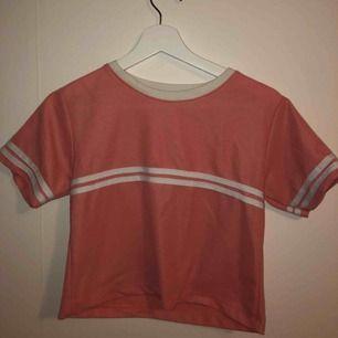 Fin t-shirt i korallrosa färg.