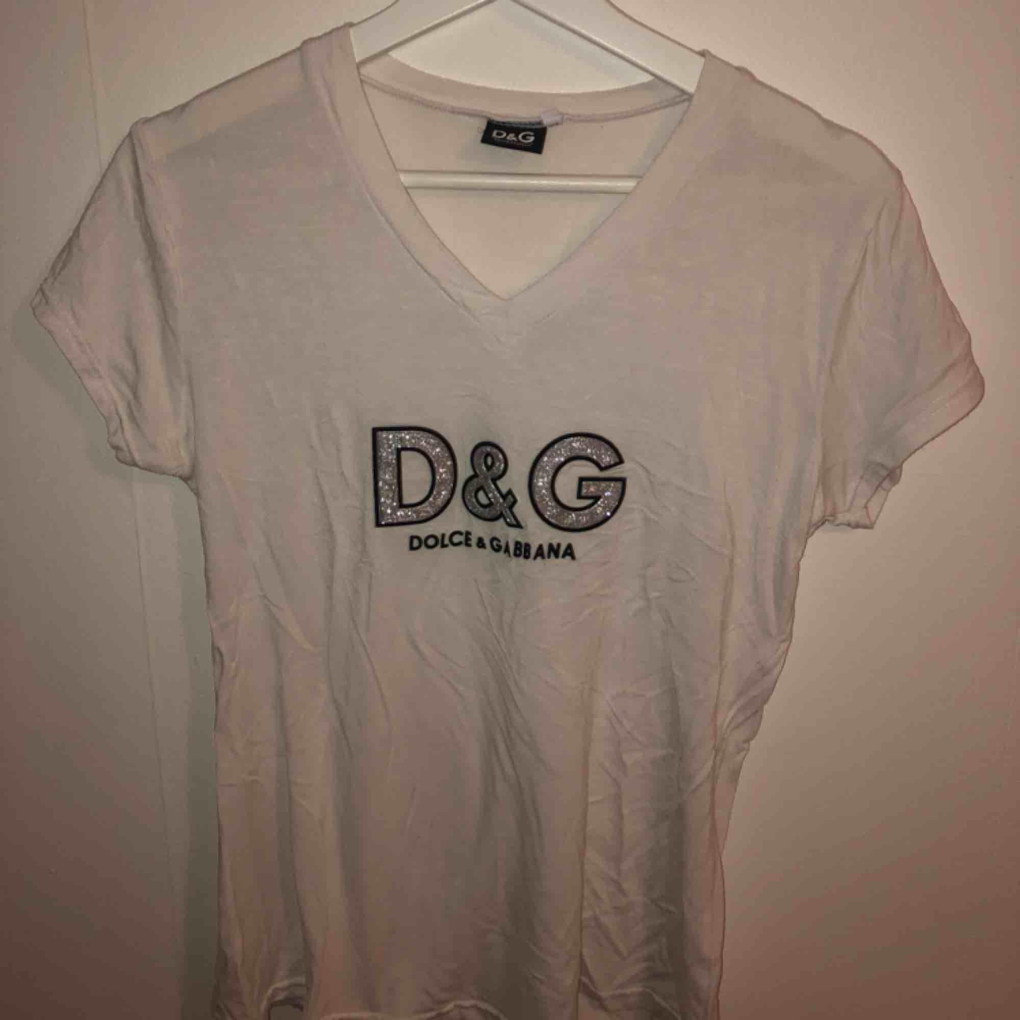 Snygg tunnare t-shirt, använd 1 gång!. T-shirts.