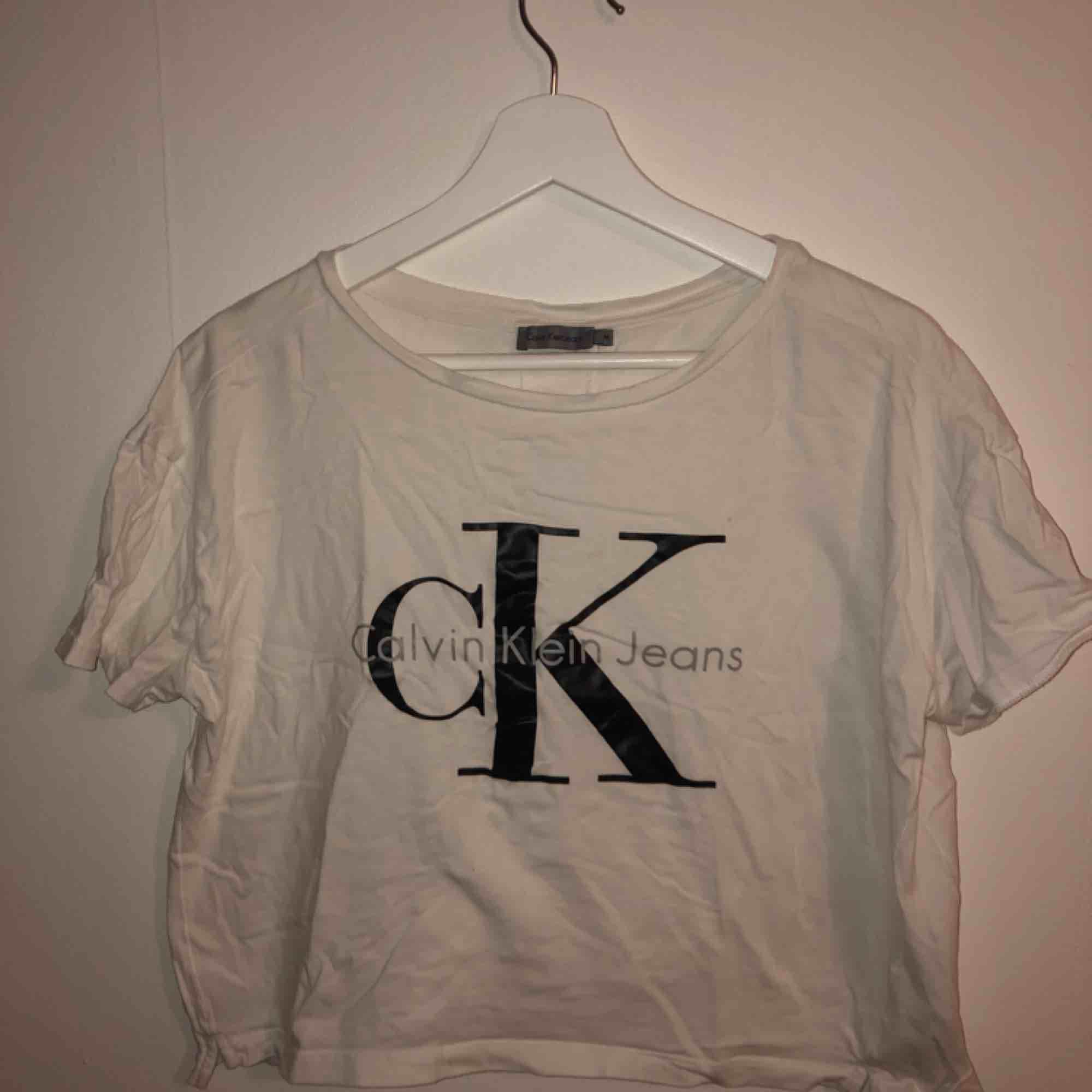 Snygg kortare t-shirt från Calvin Klein jeans.. T-shirts.