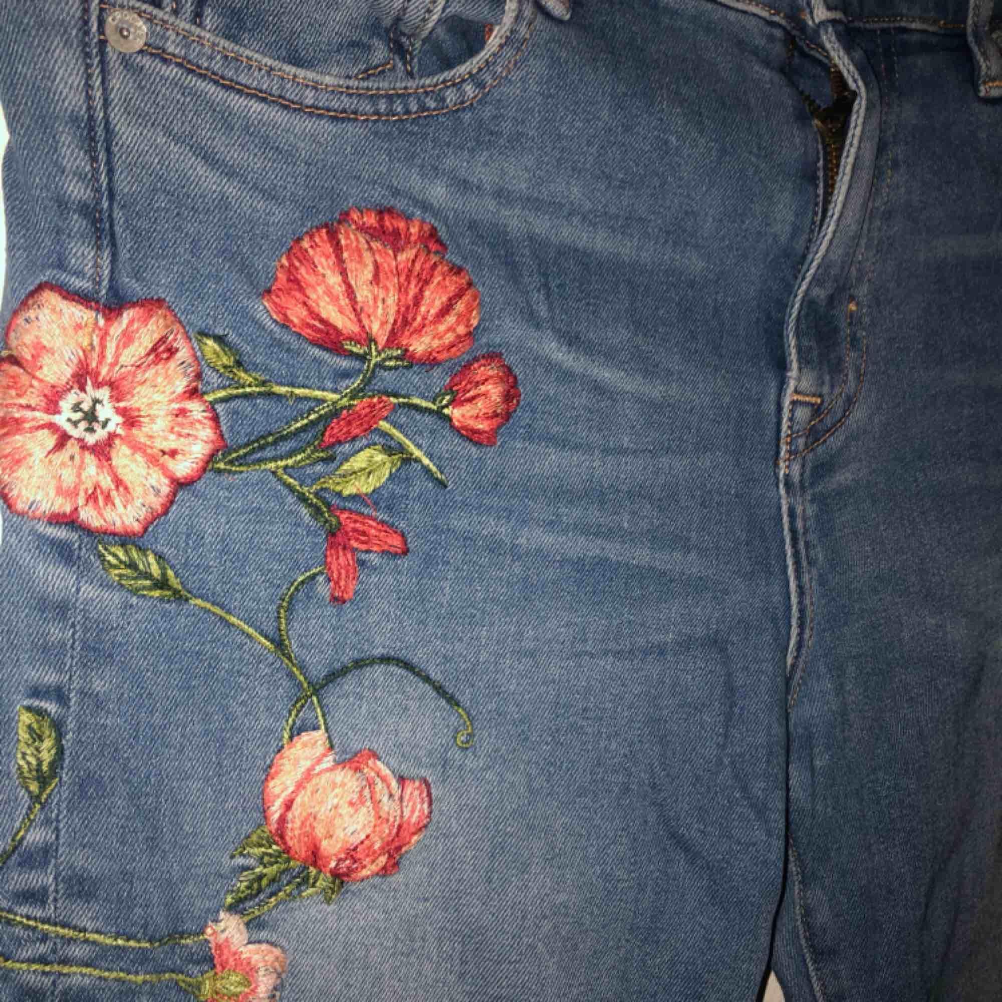 Jättefina bootcut jeans från Crocker, använda 1 gång.. Jeans & Byxor.