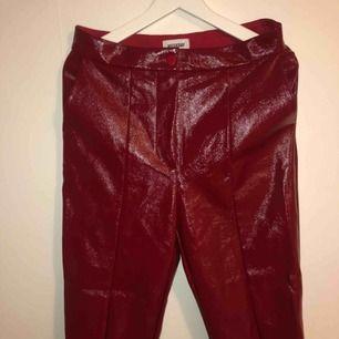 Röda vinylbrallor från weekday, köpta för 400kr använda 1 gång.
