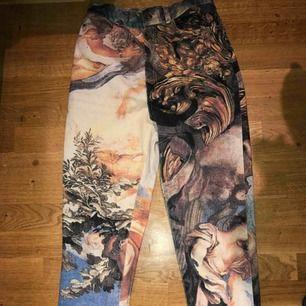 Skitcool jeans som tyvärr är för små, känns lite som mönstret är inspirerat av grekiska gudar typ. Använda 1 gång.