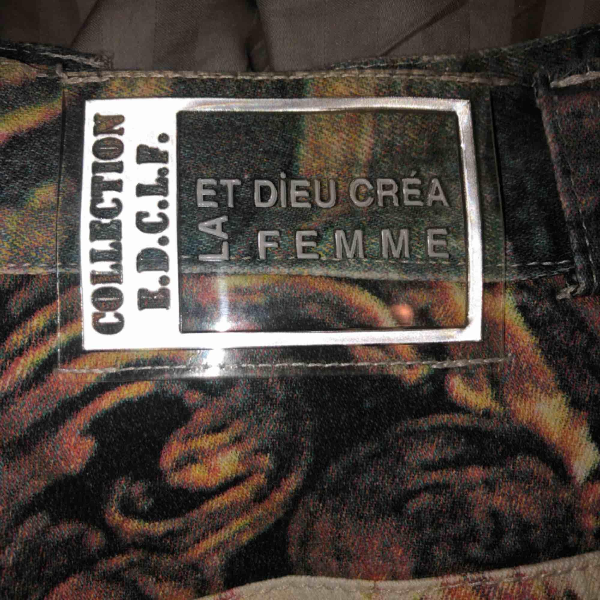 Skitcool jeans som tyvärr är för små, känns lite som mönstret är inspirerat av grekiska gudar typ. Använda 1 gång.. Jeans & Byxor.