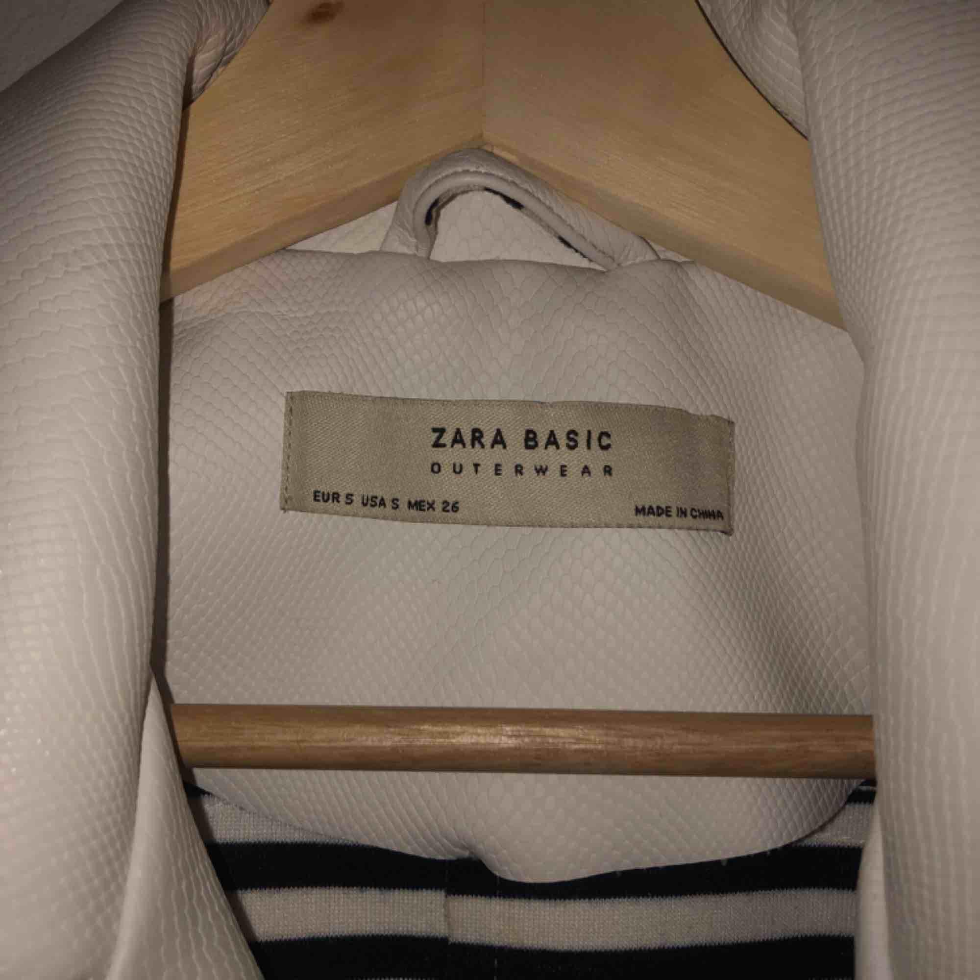 Vit skinnjacka från Zara, använd 1 gång.. Jackor.
