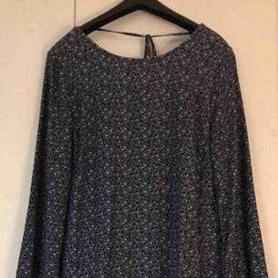 Mörkblå kort klänning/tunika. Storlek 42, men skulle snarare säga att det är en 38/40 då den är liten i storleken. Endast provad! Frakt tillkommer.