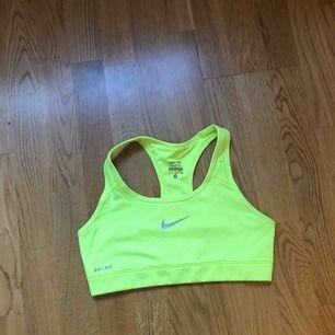 Neongul sporttopp från Nike i fint skick. Frakt ingår 😊