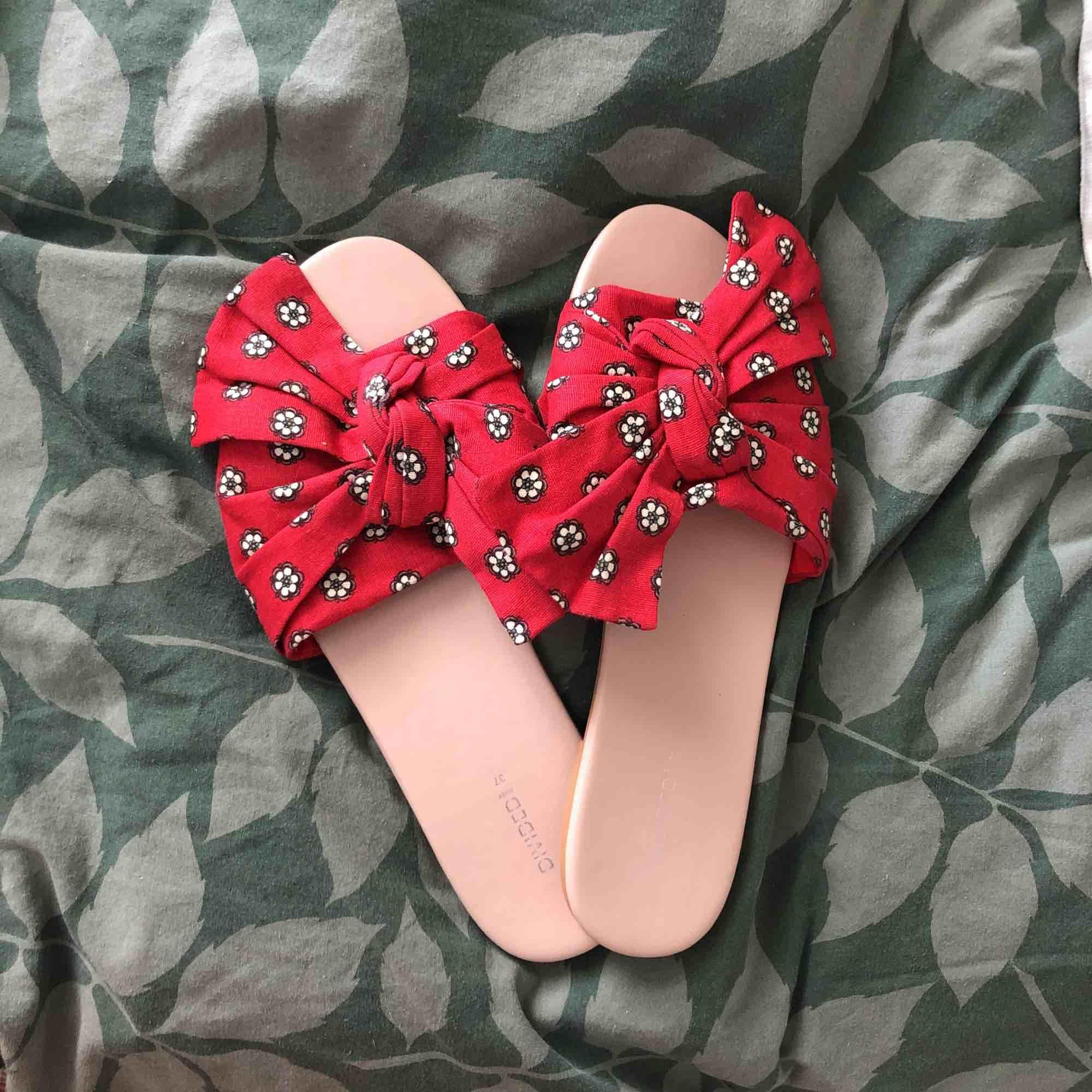 Helt nya! Passade tyvärr inte min fot super fina! Aldrig använt! 🌻. Skor.
