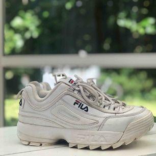 Ett par fila skor i storlek 38. De är använda varsamt men det finns vissa tecken på slitage i tex vänstra hälen. Inget som skapar obekvämlighet. Säljes för 300 men köptes för 1000. Frakt tillkommer 🦋 xoxo