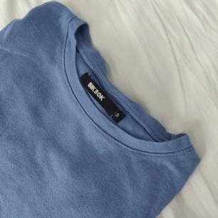 Långärmad t-shirt från Bikbok. Kan mötas upp i Stockholm. Annars står köparen för frakten. Endast Swish. Hel och ren, endast lite skrynklig pga har legat vikt ett tag.