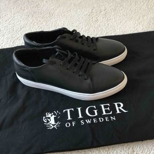Klassiska sneakers i läder. Sulans höjd 2,5 cm. Aldrig använda. Säljes pga valde mellan två färger. Älskar mitt andra par, jätte sköna och stilrena skor. Tiger of Sweden tygpåse ingår.  Ordinariepris: 1699