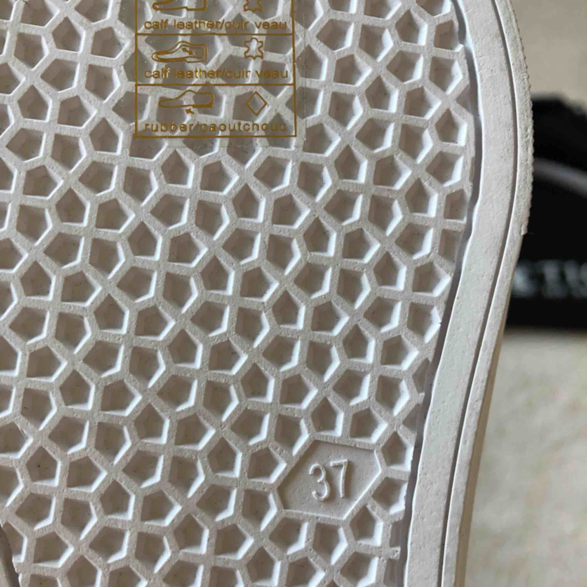 Klassiska sneakers i läder. Sulans höjd 2,5 cm. Aldrig använda. Säljes pga valde mellan två färger. Älskar mitt andra par, jätte sköna och stilrena skor. Tiger of Sweden tygpåse ingår.  Ordinariepris: 1699. Skor.
