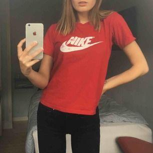 röd t-shirt från Nike. storlek saknas men uppskattar till en XS. något slitage på trycket, annars fint skick. kan mötas upp i göteborg eller frakta (isf står köparen för frakten). fler bilder kan ges på efterfrågan.
