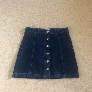 Sparsamt använd mörkblå jeanskjol :)