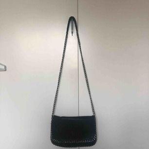 Enkel handväska stängs med dragkedja och knapp!