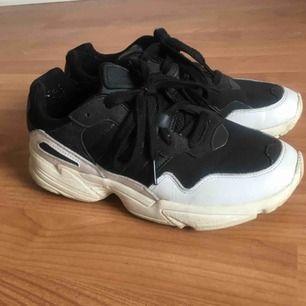 Adidas yung 96 i storlek 39. Använda men fräscha!!! Fläcken på det svarta tyget är bara vatten. Fler bilder kan skickas.
