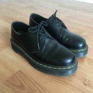Låga dr Martens i modellen 1461 Bex. Mycket bra skick! Lite vita märken längst fram men går bort med svart skokräm. Nypris 1700 kr