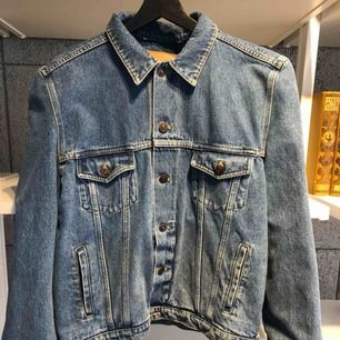 Fantastiskt jeansjacka från Balenciaga! Breda utmärkande axlar.