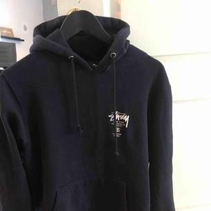en mörkblå stussy hoodie. ok skick. kan frakta men köparen står för frakt😅