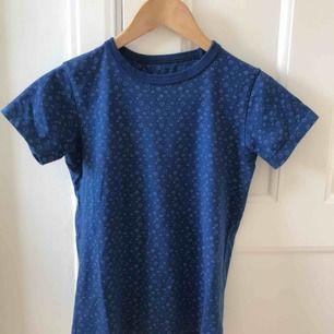 Söt marinblå t-shirt med mönster. Lagom tight och lite högre i halsen.