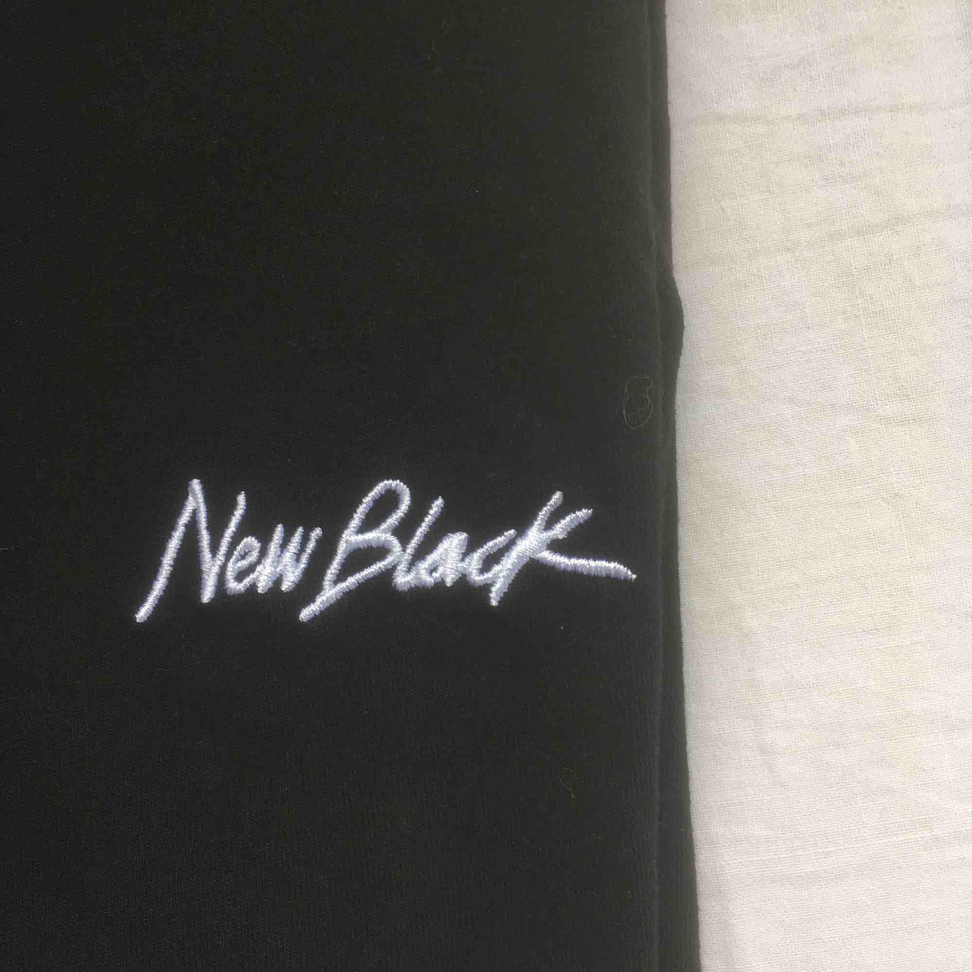 Snygg svart långärmad t-shirt från New Black. Storlek Small. Väldigt minimalt använd. Fri frakt.. T-shirts.