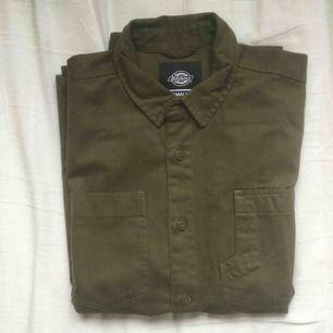 Grön arbetsskjorta från Dickies. Knappt använd. Fri frakt.