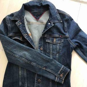 Skön och snygg jeansjacka från Tommy Hilfiger. Bra kvalite! Knappt använd!🌞
