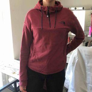 Vinröd The north face tröja i bra skick! Kommer tyvärr inte längre till användning därför säljes den vidare. Frakt tillkommer 60kr