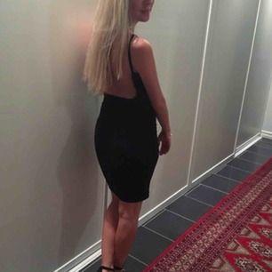 Svart klänning med superfin urringning i ryggen. Använd 1 gång. Köpt från Boohoo i storlek UK6 vilket motsvarar en 34a. Frakt ingår!