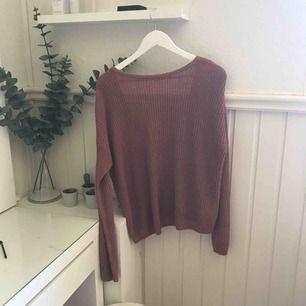 Stickad tröja från NAKD. Skit snygg med låg rygg (se bild) och lite rostig färg. Knappt använd och är därmed i väldigt gott skick:) Swishbetalning, frakt betalas av köparen