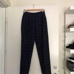 Marinblå rutiga byxor från Monki! Jättesnygga men kommer inte till användning, frakt tillkommer på ca 35kr.