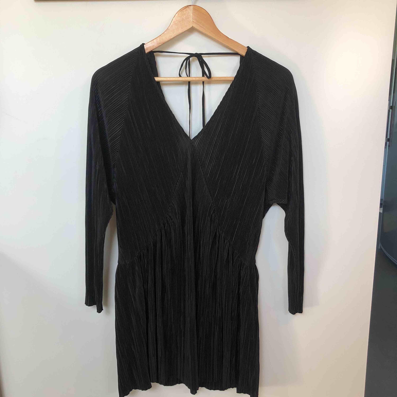 Klänning/tunika i fint material från Zara. Använd fåtal gånger så i mycket gott skick. Storlek S. . Klänningar.