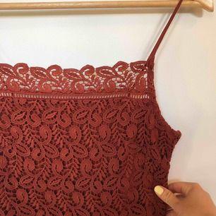 Underbar roströd fodralklänning från Zara i storlek small. Använd 1 gång och nu tyvärr för liten :(