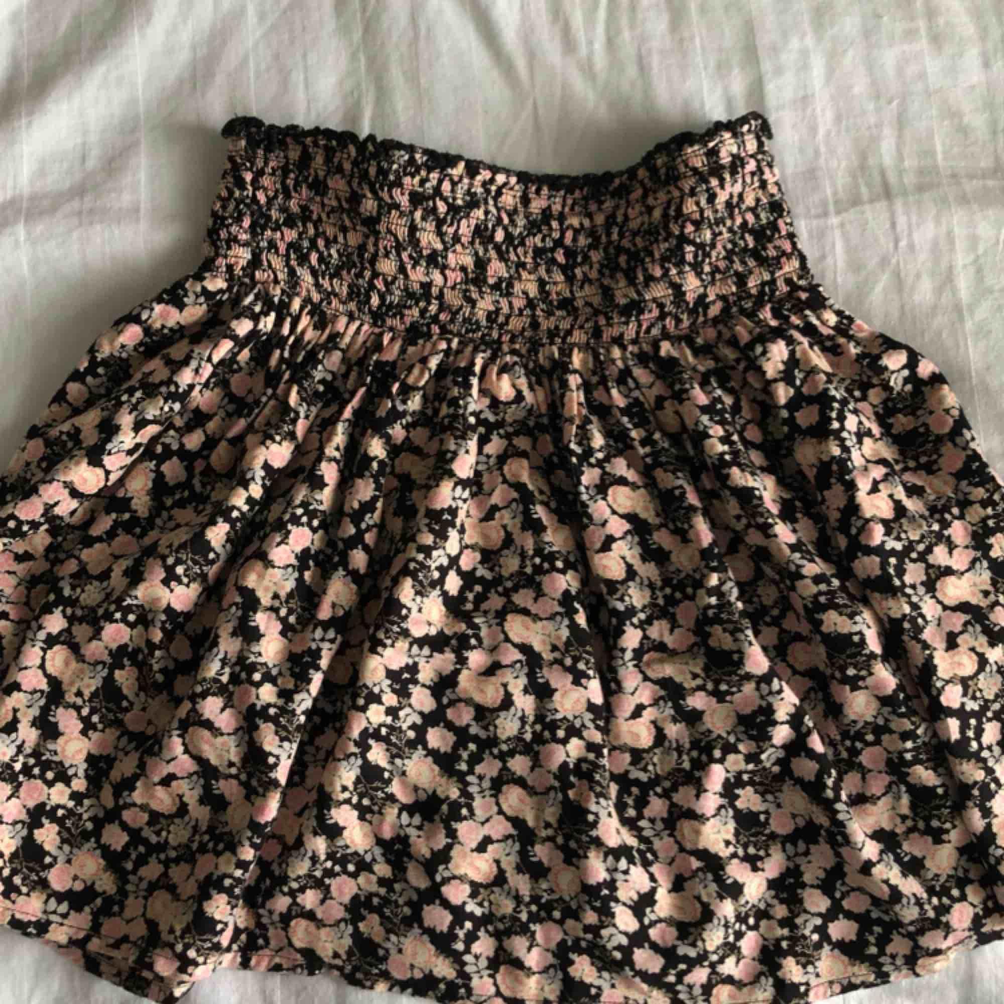 Jättesomrig och fin kjol från cubus☀️ köparen står för frakten💎. Kjolar.