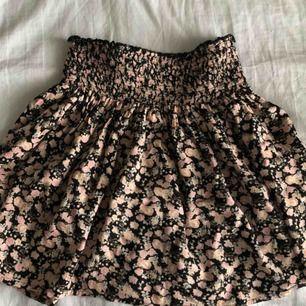 Jättesomrig och fin kjol från cubus☀️ köparen står för frakten💎