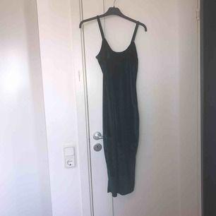 Snygg oanvänd klänning från NLYone💓
