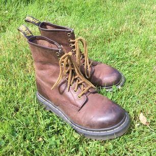"""kängor från dr. martens i brunt skinn som ska se lite """"bränt"""" ut längst fram på skorna. jättefint skick & himla sköna skor. frakt är inräknat i priset."""