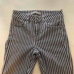Oanvända randiga byxor från Zara. Fina pärl-detaljer vid fickorna och knappen.