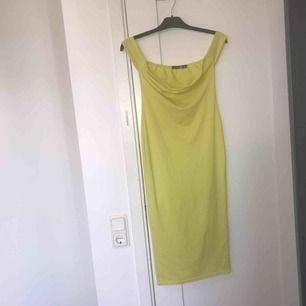 Festlig gul klänning från Boohoo, sällan använd!