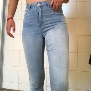 Säljer mina högmidjade skinny Molly jeans! Nästan helt nya, använda ca 2 gånger. Är i vanligt vis en S men dessa funkade utmärkt i M, Lika tajta! Dom är avklippta där nere, men brukar vika upp dom som en detalj!