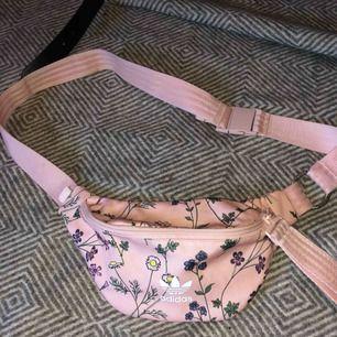 Helt ny rosa blommig magväska från Adidas.
